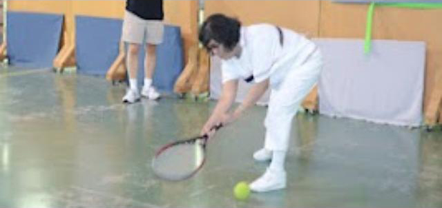 Donna playing tennis.